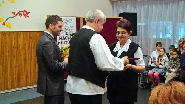Városi kitüntetés átnyújtása Rostásné Mészáros Editnek