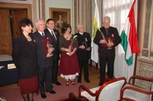 Szarka Elemér (balról a második) és a további díjazottak