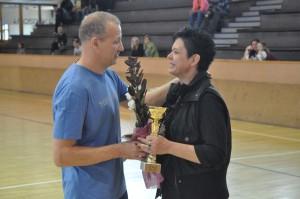Bányainé Tündének Bognár Norbert edző nyújtja át a klub ajádékát
