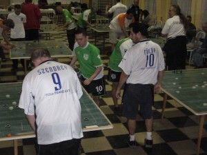 Fülöp figyeli mit lép a mellette lévő pályán Szendrei a Testvériség elleni mérkőzésen